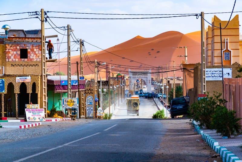 MERZOUGA, MAROKO - 02 2018 SIERPIEŃ: Berber miasteczko Merzouga wioska z swój typowego Berber architektonicznymi elementami w Mer fotografia royalty free
