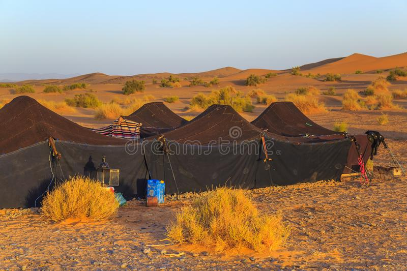Merzouga, Marrocos - 25 de fevereiro de 2016: Marroquino Sahara Desert Camp com Sahara Desert no fundo foto de stock royalty free