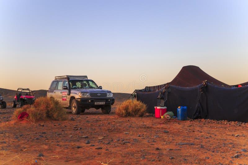 Merzouga, Marruecos - 25 de febrero de 2016: Coche fuera de la tienda del desierto foto de archivo libre de regalías
