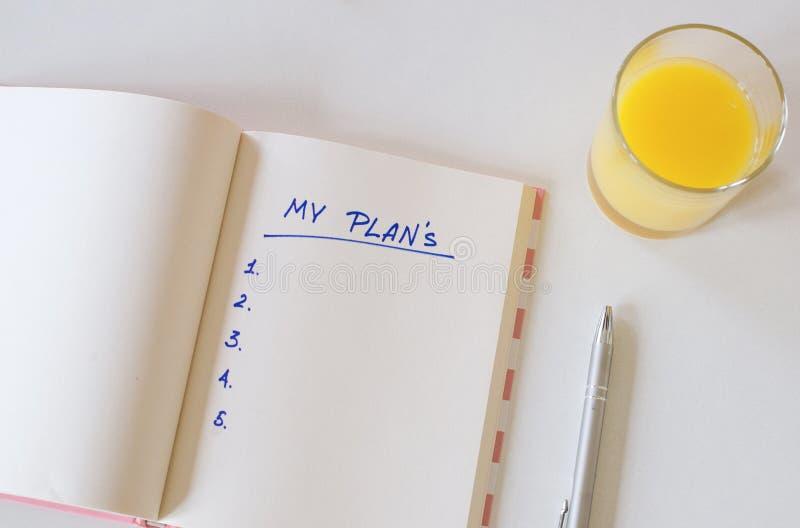 Mes buts écrits dans un carnet Positionnement de bureau t?l?phone, jus, stylo, t?l?phone et journal intime mes plans, l'espace po photos stock
