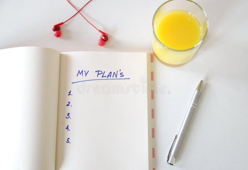 Mes buts ?crits dans un carnet Positionnement de bureau t?l?phone, jus, stylo, t?l?phone et journal intime mes plans, l'espace po image stock