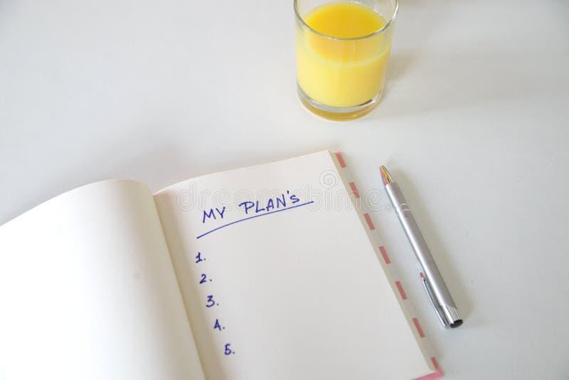 Mes buts ?crits dans un carnet Positionnement de bureau t?l?phone, jus, stylo, t?l?phone et journal intime mes plans, l'espace po photographie stock