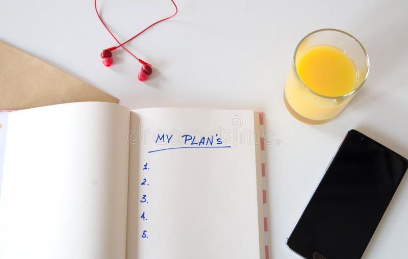 Mes buts ?crits dans un carnet Positionnement de bureau t?l?phone, jus, stylo, t?l?phone et journal intime mes plans, l'espace po photos stock