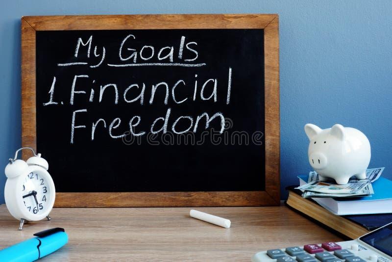 Mes buts et liberté financière écrits sur un tableau noir image libre de droits