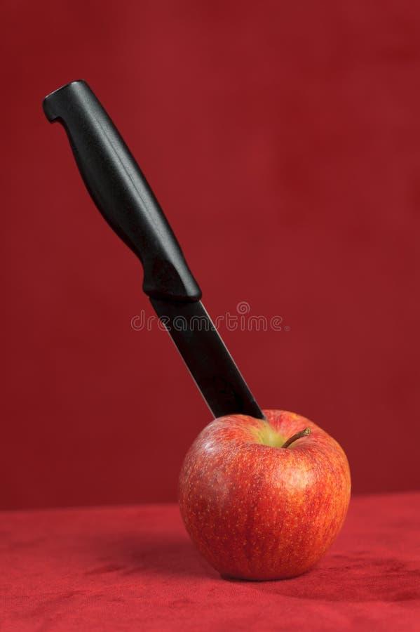 Mes die een rode appel snijden royalty-vrije stock afbeeldingen