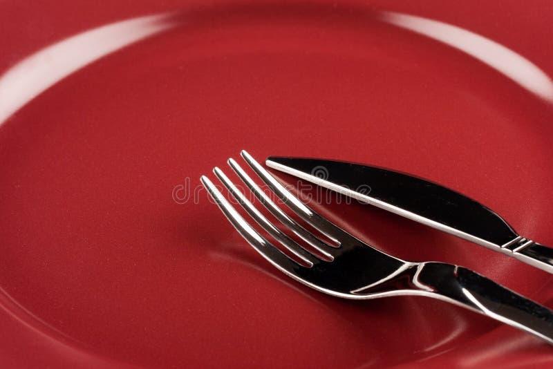 Mes en vork op een plaat royalty-vrije stock fotografie