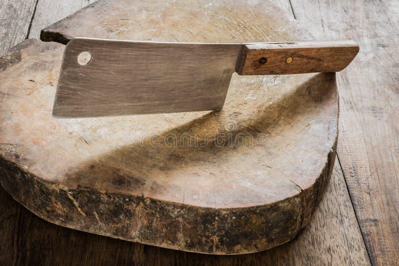 Mes op een houten slager stock afbeeldingen