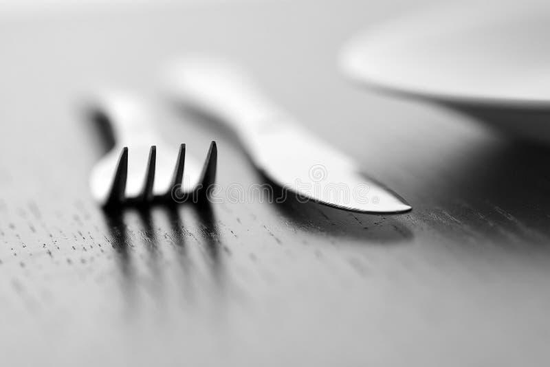 Mes, vork en plaat stock afbeelding