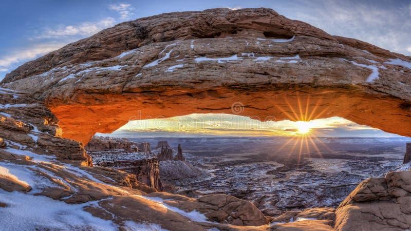 Mesa曲拱冬天日出全景 库存照片