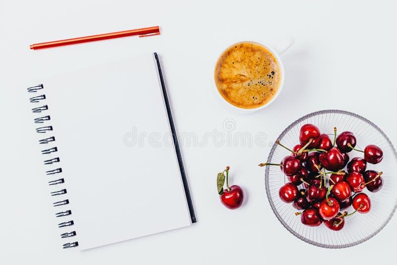Mesa aérea da vista com o caderno vazio branco imagens de stock