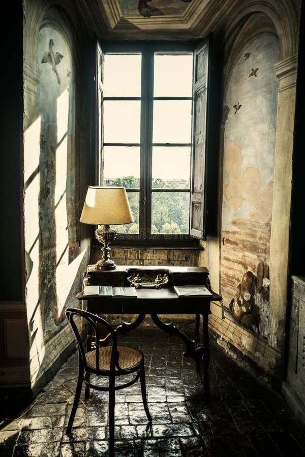 Mesa antiga Atril histórico na frente de uma janela fotos de stock