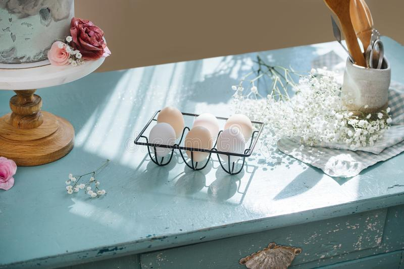 Mesa antiga com vida estática de ovos e flores imagem de stock royalty free
