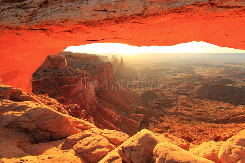 Mesa Arch rougeoyant au lever de soleil, parc national de Canyonlands, Utah, U photo libre de droits