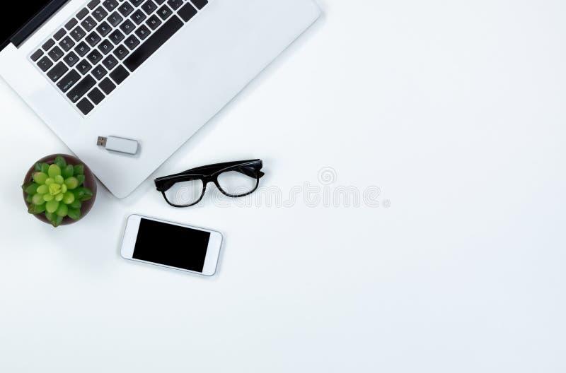 Mesa blanca con la tecnología moderna para el lugar de trabajo foto de archivo libre de regalías