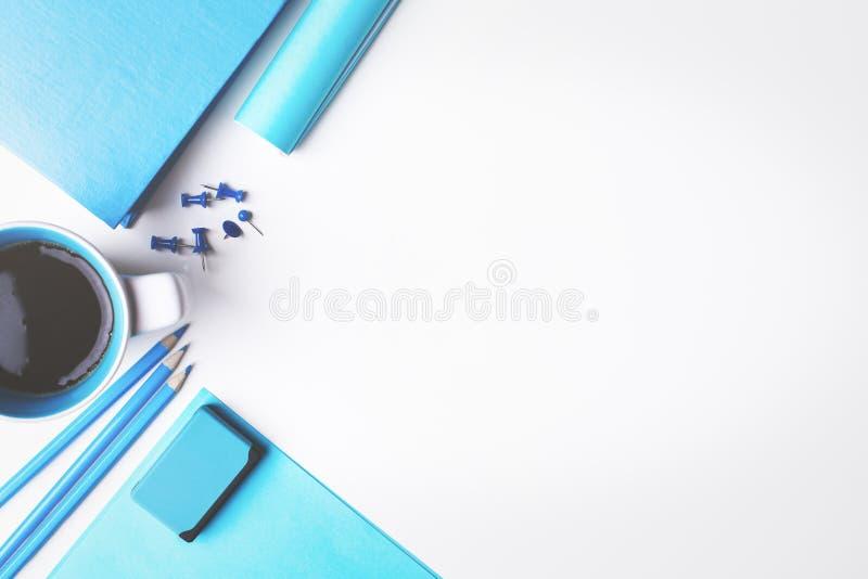 Mesa branca com fontes azuis fotos de stock royalty free