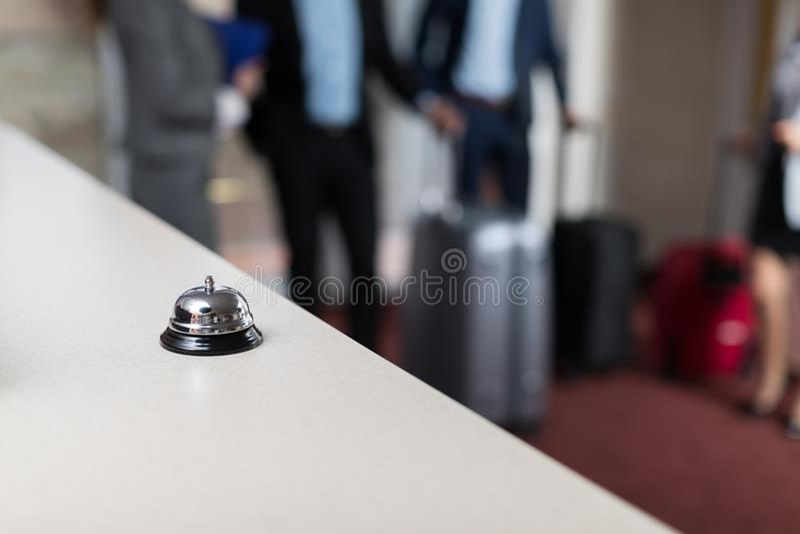 Mesa com contador moderno da recepção do hotel de luxo de Bell imagens de stock