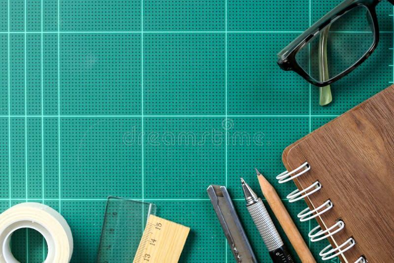 Mesa com a escola estacionária ou as ferramentas do escritório Grupo liso da configuração de arte fotografia de stock royalty free