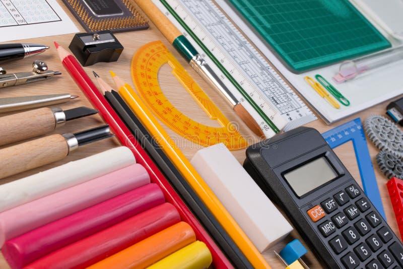 Mesa com a escola estacionária ou as ferramentas do escritório O grupo liso da configuração de estúdio dos artigos de papelaria d fotografia de stock