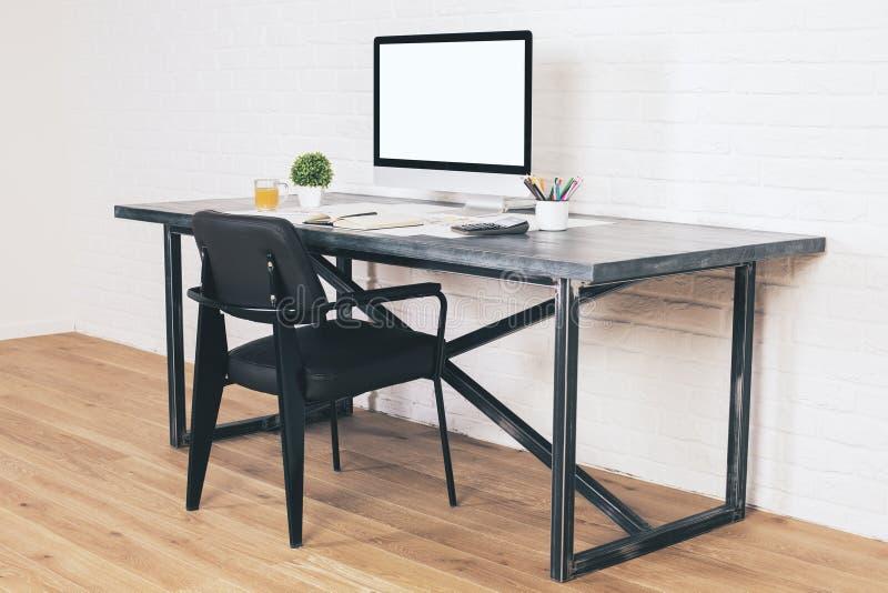 Mesa com lado preto da cadeira fotografia de stock