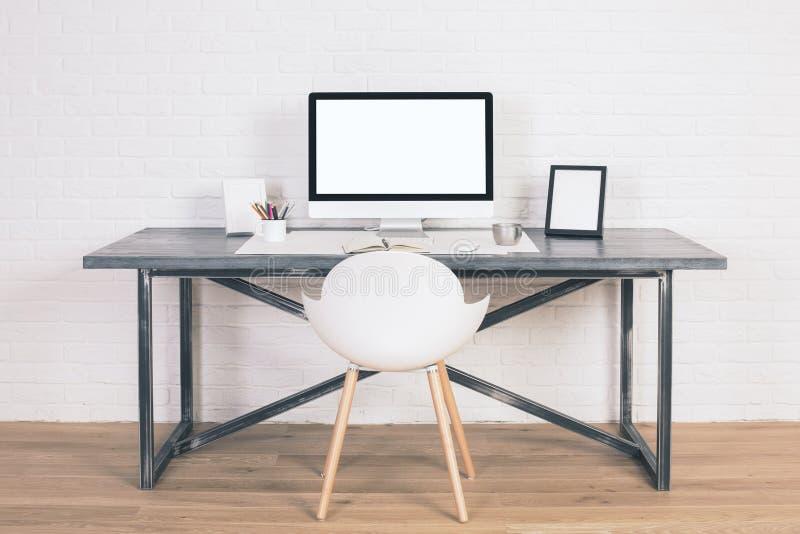Mesa com monitor branco fotografia de stock royalty free