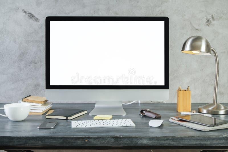 Mesa com parte dianteira branca vazia do monitor do PC imagens de stock