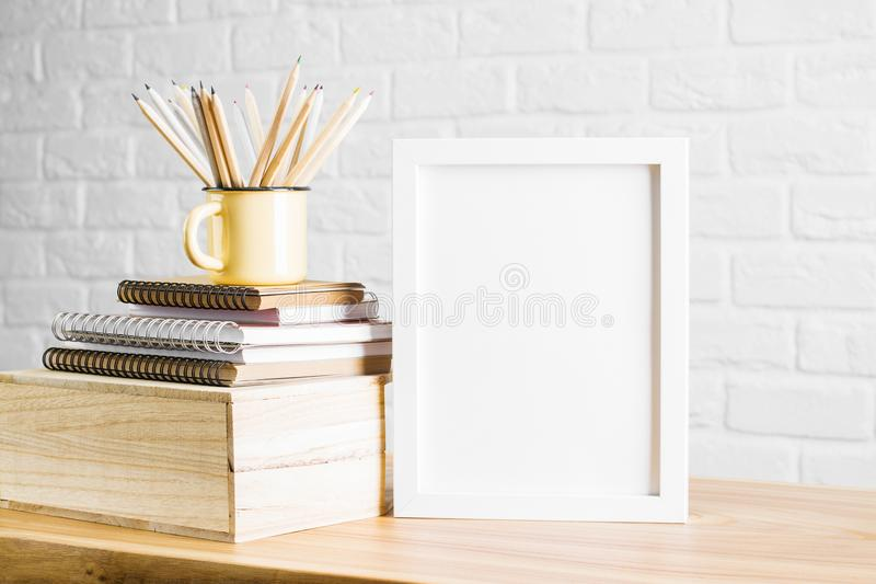 Mesa com quadro e fontes brancos fotos de stock royalty free
