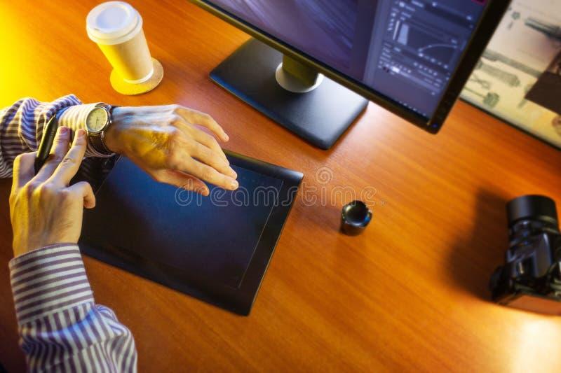 Mesa con el ordenador, la tableta de gráficos y una taza de café fotografía de archivo libre de regalías