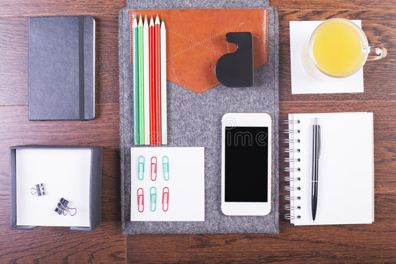 Mesa con las herramientas organizadas imagen de archivo