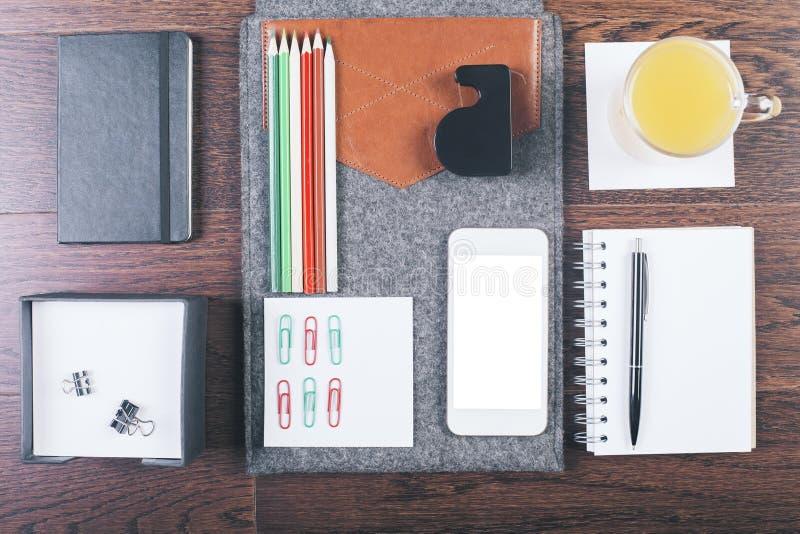 Mesa con los artículos organizados imagen de archivo libre de regalías