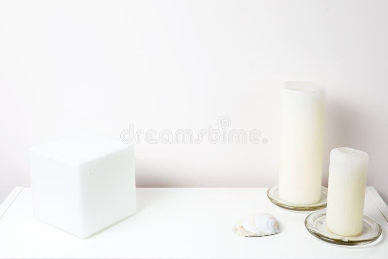 Mesa criativa com espaço da cópia Parede vazia da hortelã Conceito de Minimalistic com objetos diferentes imagens de stock