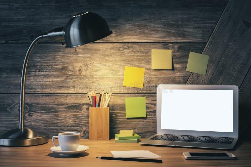 Mesa criativa com portátil branco imagem de stock royalty free