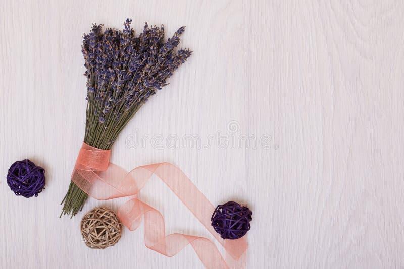 Mesa da alfazema com as flores na zombaria da opinião superior do fundo acima fotografia de stock