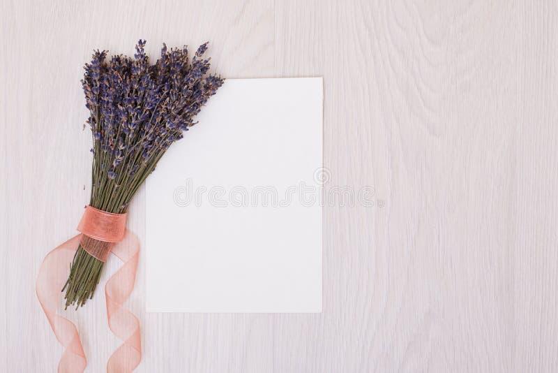 Mesa da alfazema com as flores na zombaria da opinião superior do fundo acima Cartão do Livro Branco foto de stock