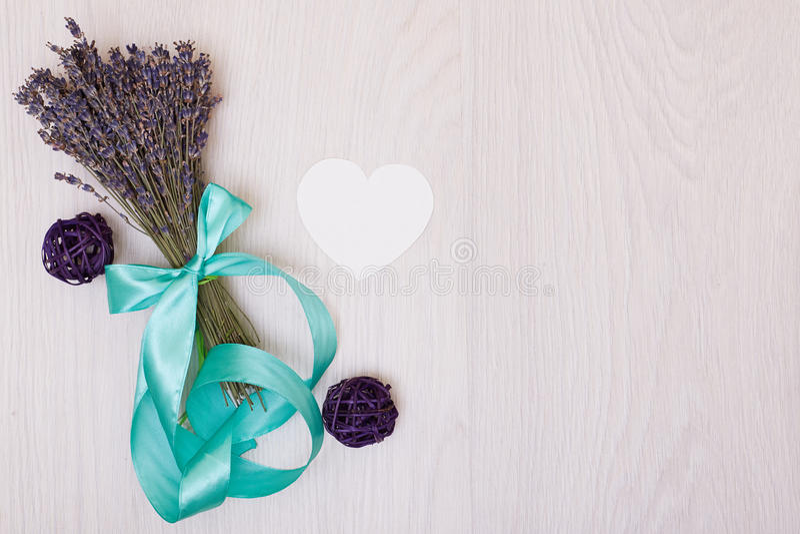 Mesa da alfazema com as flores na zombaria da opinião superior do fundo acima Cartão do Livro Branco imagens de stock