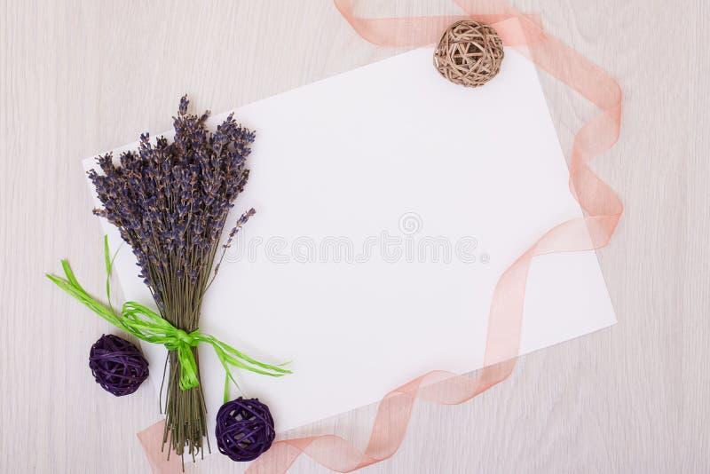 Mesa da alfazema com as flores na zombaria da opinião superior do fundo acima Cartão do Livro Branco imagem de stock