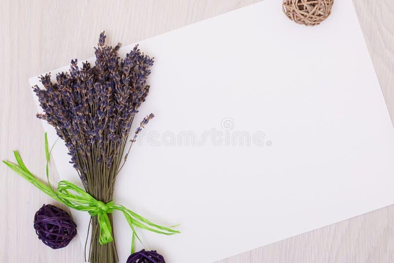 Mesa da alfazema com as flores na zombaria da opinião superior do fundo acima Cartão do Livro Branco imagens de stock royalty free