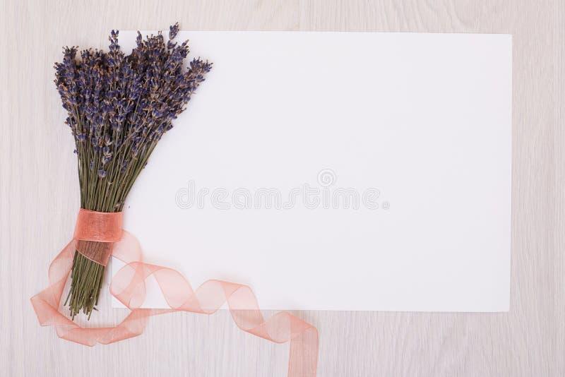 Mesa da alfazema com as flores na zombaria da opinião superior do fundo acima Cartão do Livro Branco imagem de stock royalty free
