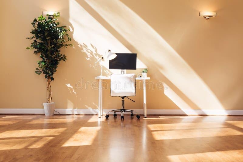 Mesa da estação de trabalho em uma grande sala fotografia de stock royalty free