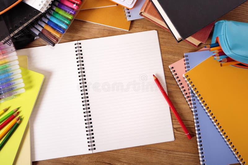 Mesa da estudante universitário com o livro vazio da escrita, espaço da cópia fotografia de stock royalty free