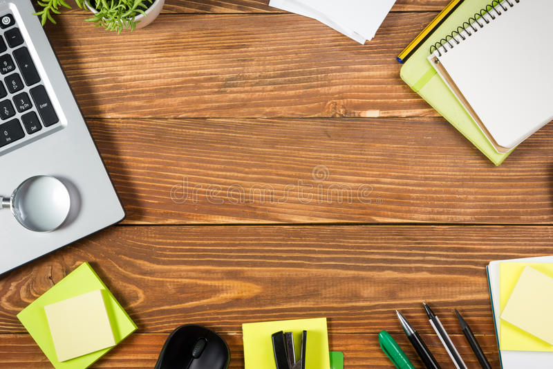 A mesa da tabela do escritório com grupo de fontes coloridas, almofada de nota vazia branca, copo, pena, PC, amarrotou o papel, f imagem de stock