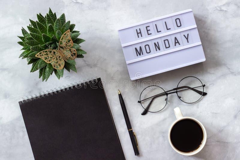 Mesa da tabela do escritório ou da casa Bloco de notas do preto de segunda-feira do texto de Lightbox olá!, xícara de café, plant foto de stock royalty free