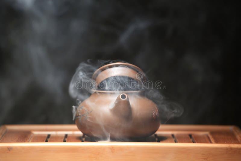 Mesa de bambu do bule chinês quente ninguém imagem de stock