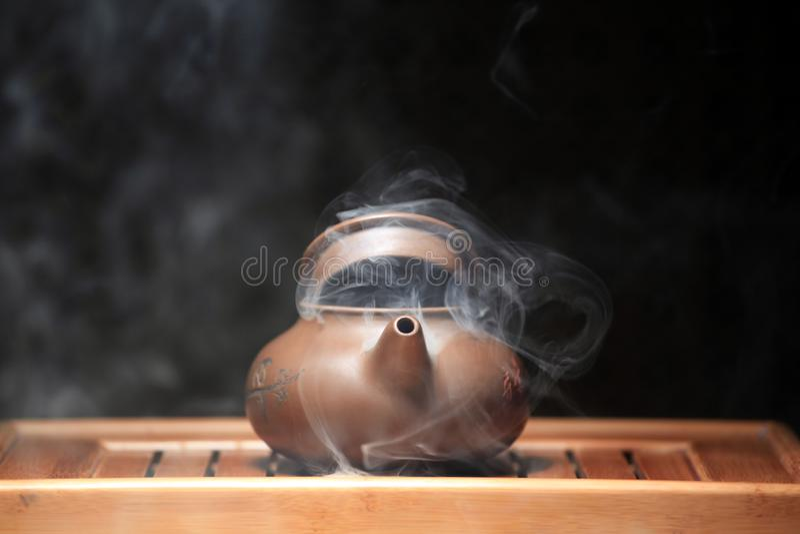 Mesa de bambu do bule chinês quente ninguém fotos de stock