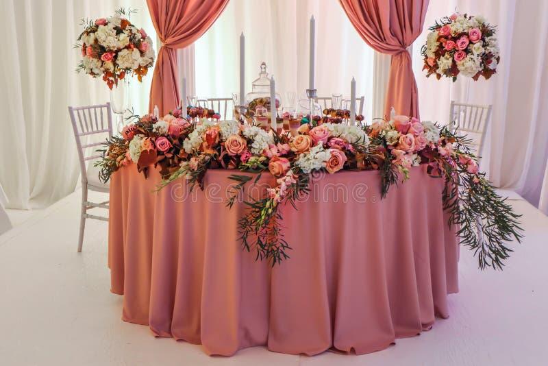 Mesa de boda con flores decorada con gusto imágenes de archivo libres de regalías