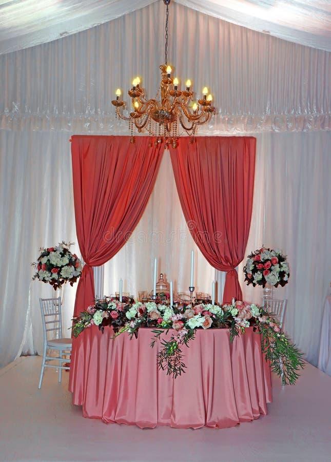 Mesa de boda con flores decorada con gusto fotos de archivo libres de regalías