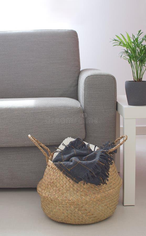 Mesa de centro acolhedor interior home Ev da cesta de Sofa Straw da sala de visitas imagem de stock