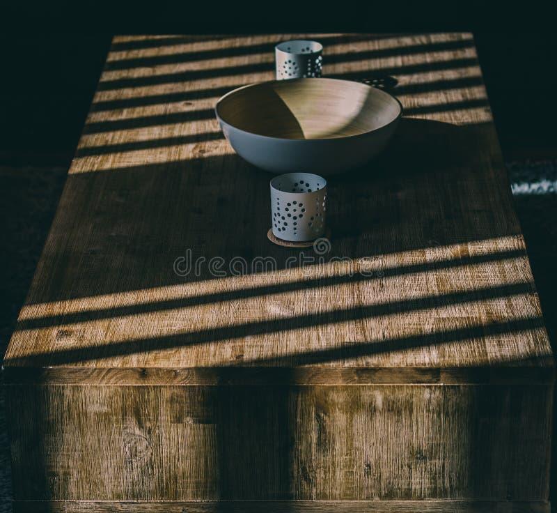Mesa de centro de madeira com sombras da luz solar imagem de stock royalty free