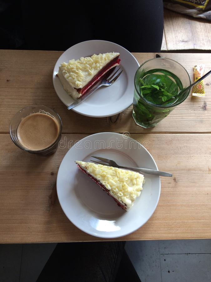 mesa de centro roja del té de la menta de la torta del terciopelo del almuerzo imagen de archivo libre de regalías