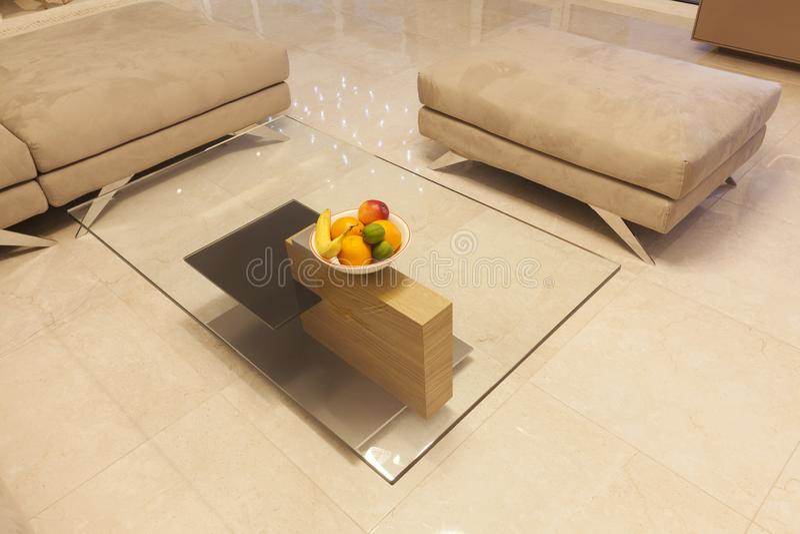 Mesa de centro de vidro e de madeira fotos de stock royalty free