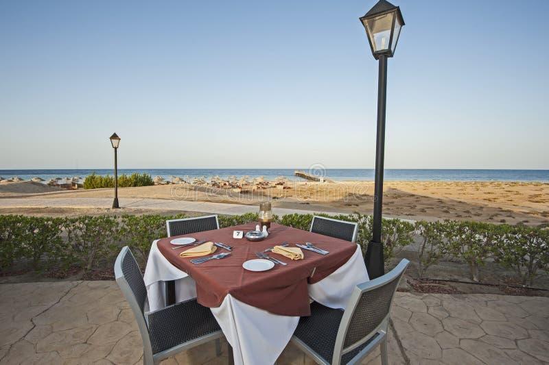 Mesa de comedor al aire libre en centro turístico tropical del hotel foto de archivo libre de regalías